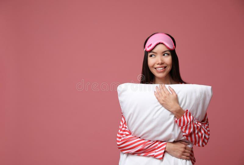 Linda mulher asiática com travesseiro de rosa empoeirado, espaço para texto Horário fotografia de stock royalty free