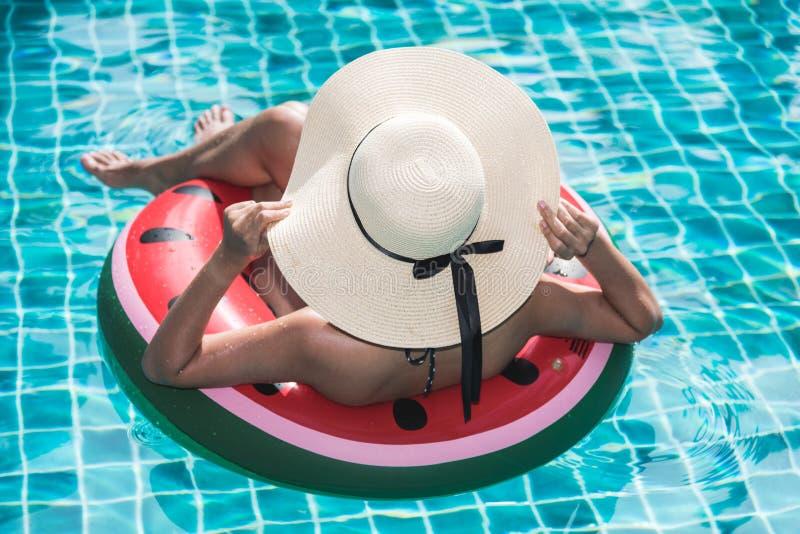 Linda mulher bikini em melancia inflável fotos de stock royalty free