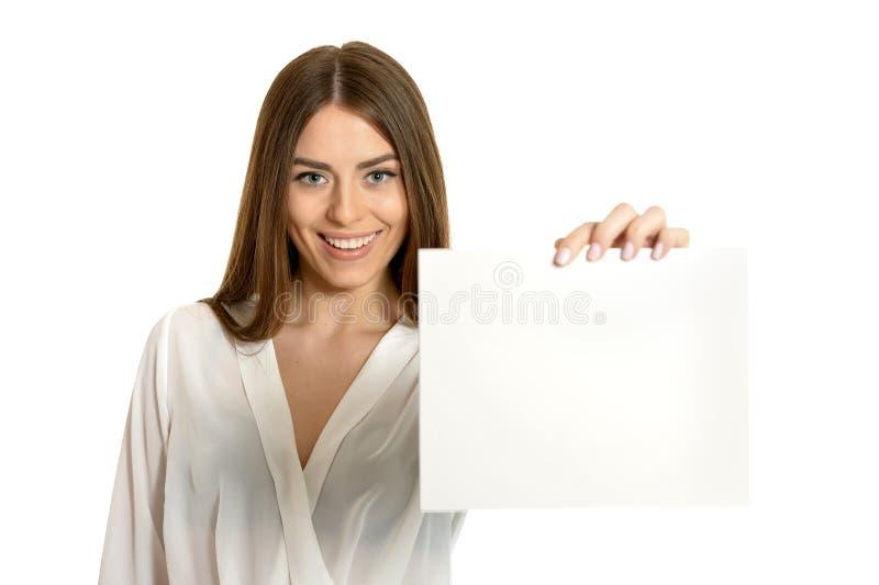 Linda mulher e cartaz branco ou espaço livre para slogan ou texto, isolada fotos de stock royalty free