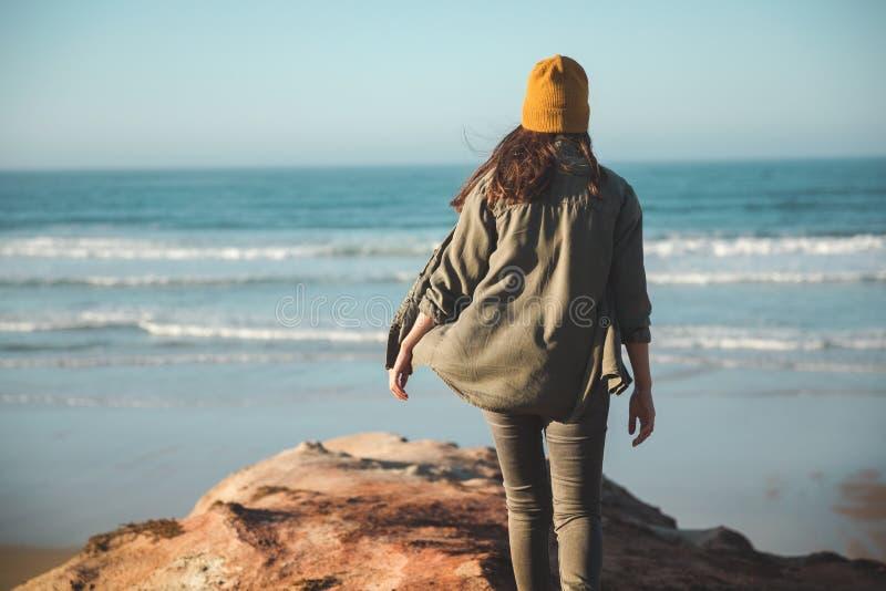 Linda mulher na praia imagem de stock royalty free