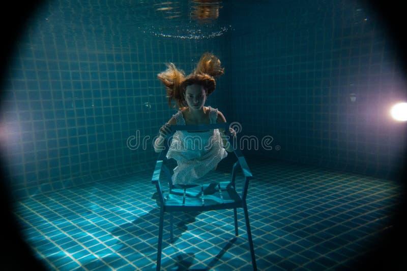 Linda mulher posando debaixo d'água de vestido branco foto de stock royalty free