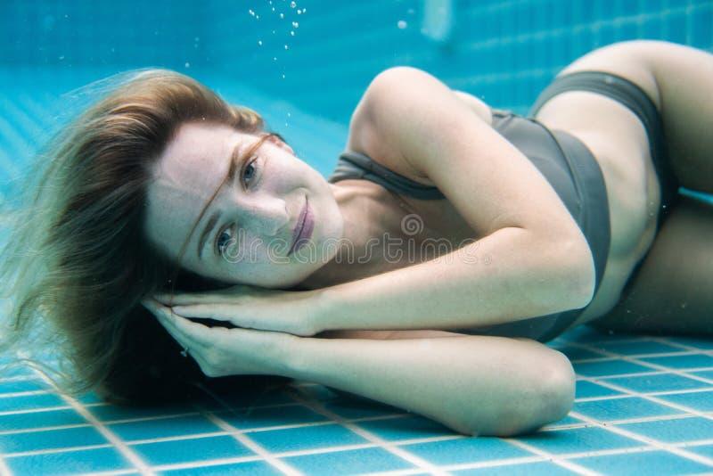 Linda mulher posando debaixo d'água em biquíni imagens de stock royalty free
