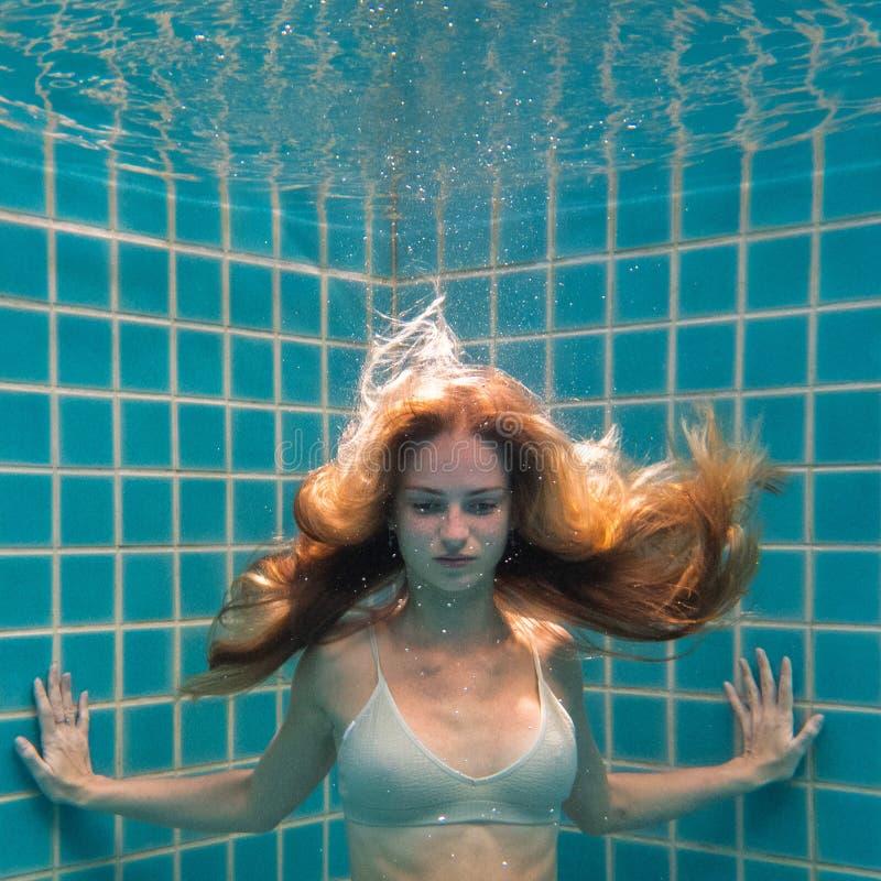 Linda mulher posando debaixo d'água em biquíni imagem de stock