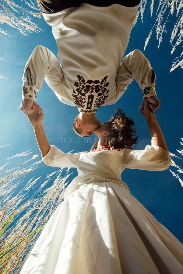 Linda noiva morena e elegante noivo elegante com verdadeiros sentimentos felizes beijando em um campo ensolarado, conceito de vid fotos de stock