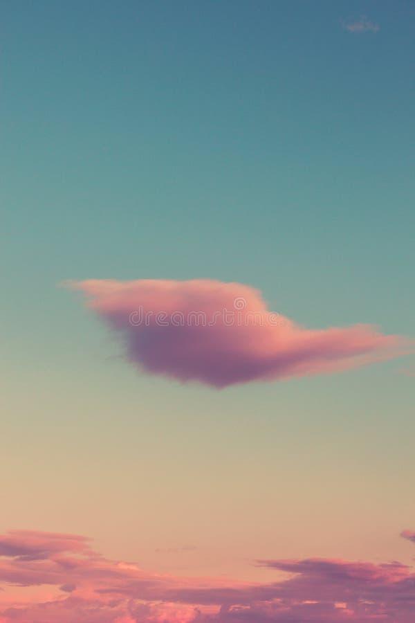 Linda nuvem rosa belíssima sobre a imagem de fundo do céu imagens de stock