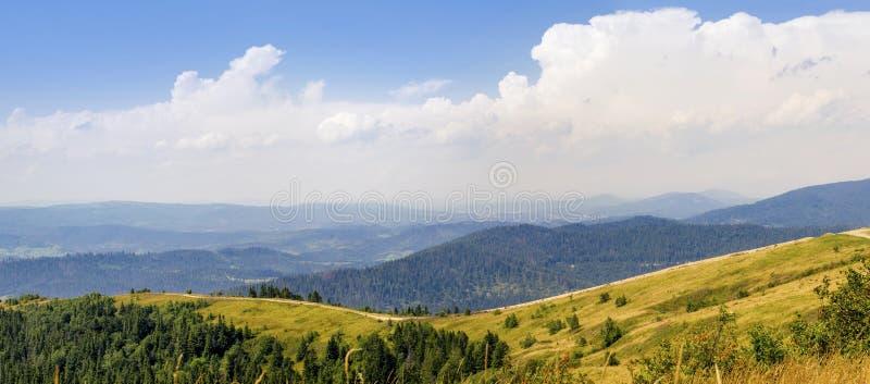 Linda paisagem de montanhas nos Cárpatos Ucrânia no verão imagens de stock royalty free