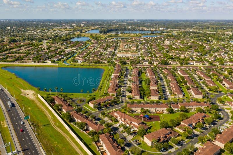 Linda paisagem residencial Homestead Florida domicílios imagens de stock