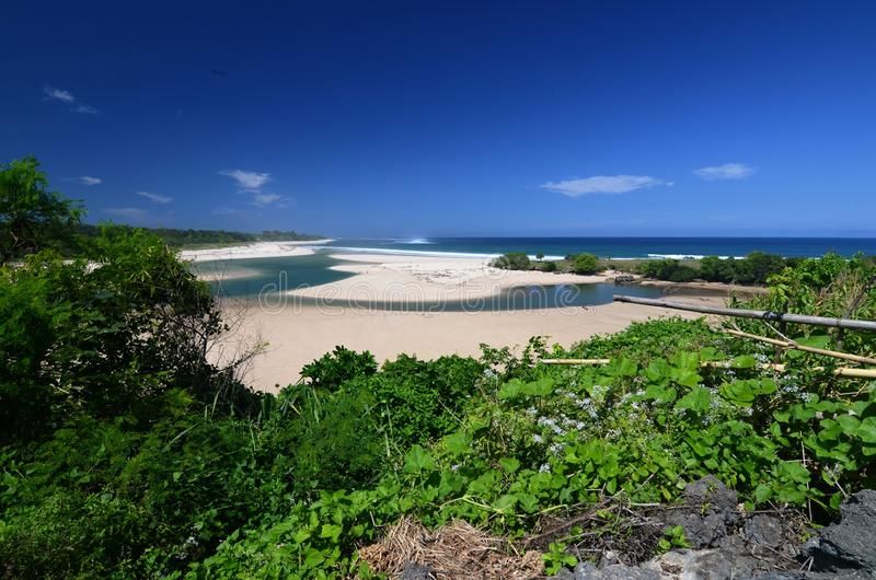 Linda praia com rio, ilha de Sumba, Indonésia fotos de stock royalty free
