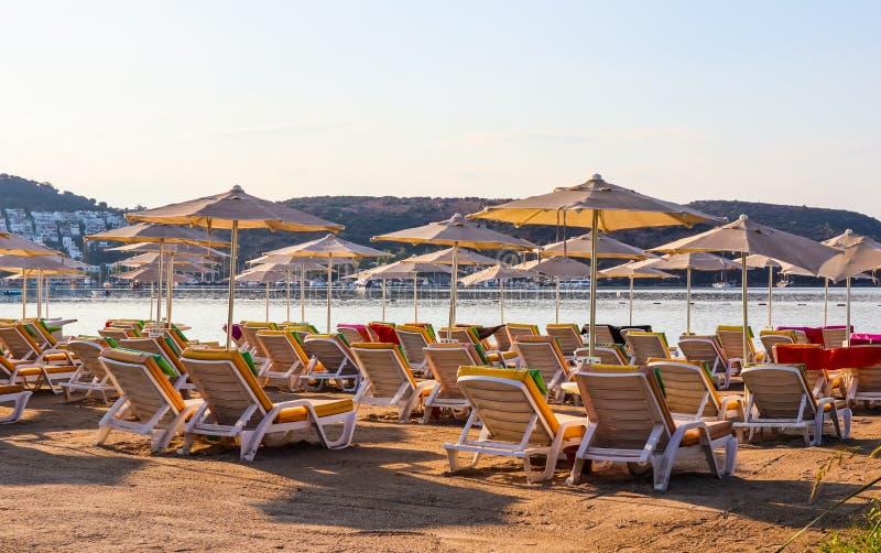 Linda praia nas margens da baía azul-calma do Mar Egeu no início da manhã Viagens de praia e destino de férias fotos de stock