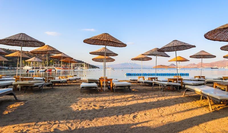Linda praia nas margens da baía azul-calma do Mar Egeu no início da manhã Viagens de praia e destino de férias fotografia de stock