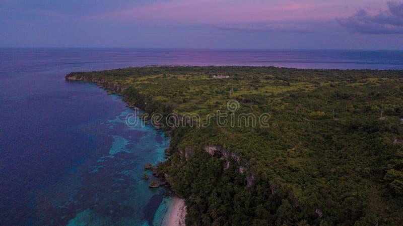 Linda visão aérea do morro ao lado do oceano azul foto de stock
