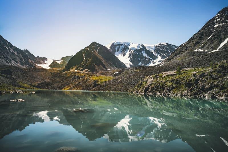 Linda visão panorâmica do lago montanhoso de Kucherla Parque nacional de Belukha, República de Altai, Sibéria, Rússia fotos de stock
