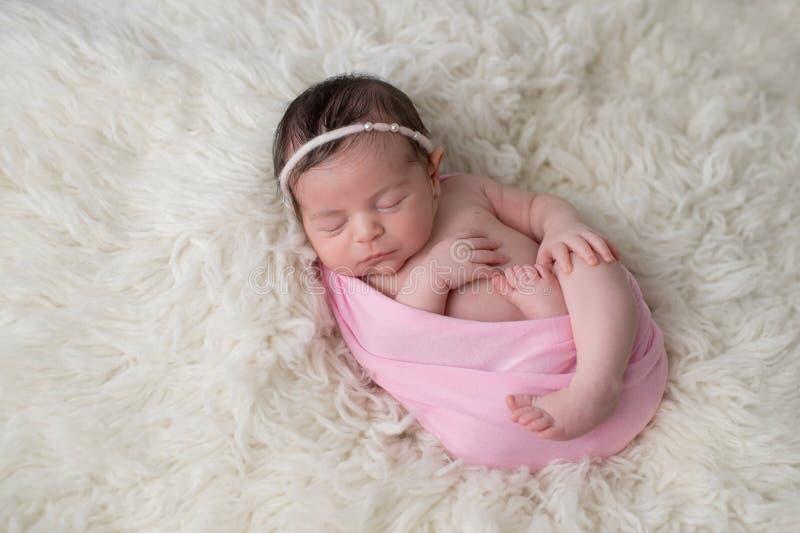 Lindat behandla som ett barn att sova som är nyfött, flickan arkivfoton