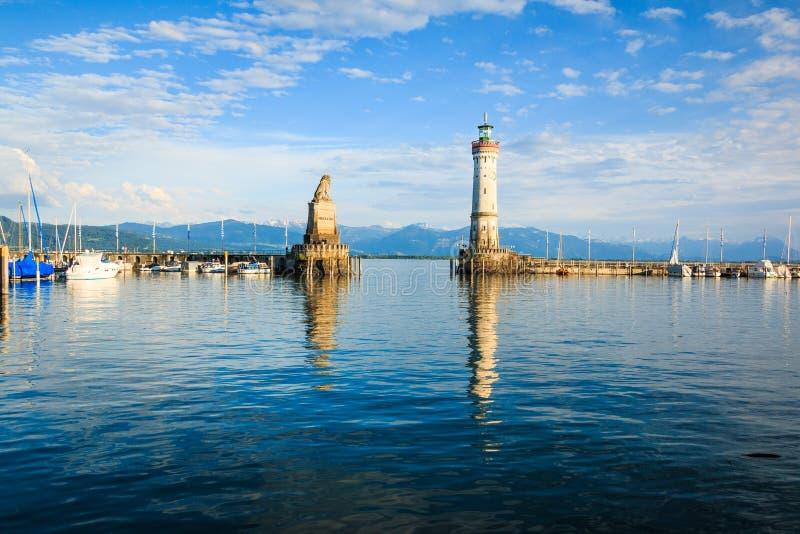 Lindau auf Bodensee-Hafeneingang Markstein-Löwe und Leuchtturm, Deutschland lizenzfreie stockfotografie