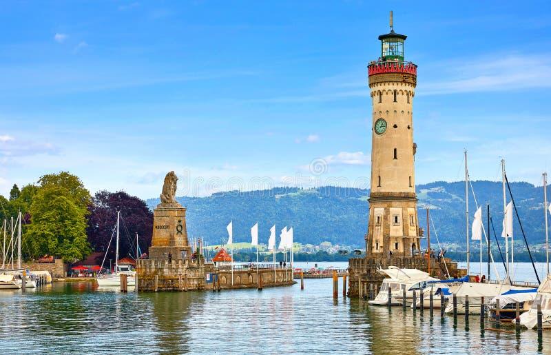 Lindau, Duitsland. Oude vuurtoren met klok in de baai stock afbeelding