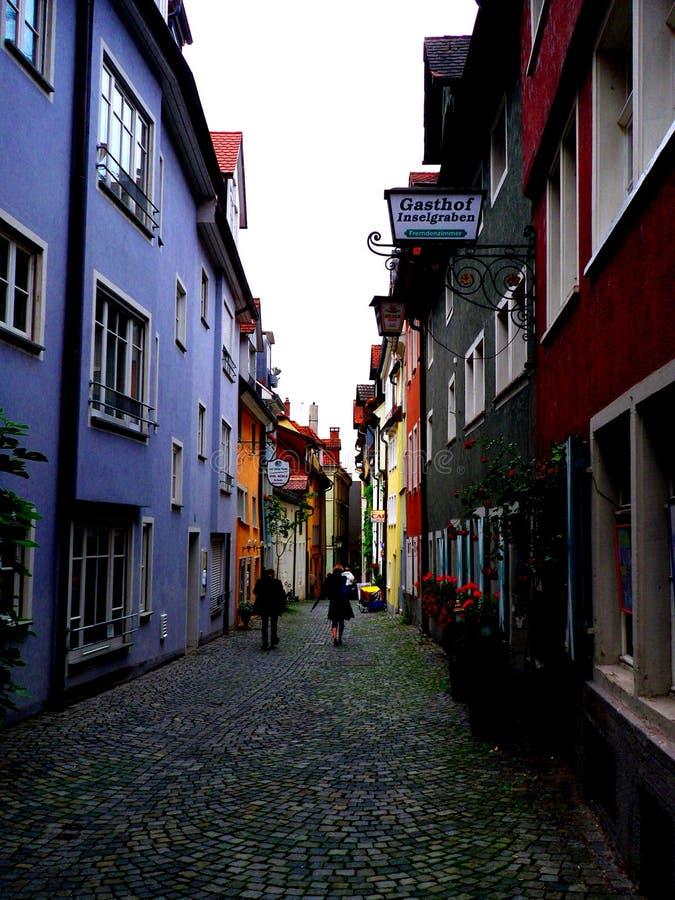 LINDAU/GERMANY, 24-ОЕ ИЮНЯ 2011: Улица в старом городке lindau на Bodensee, Германии стоковые фотографии rf