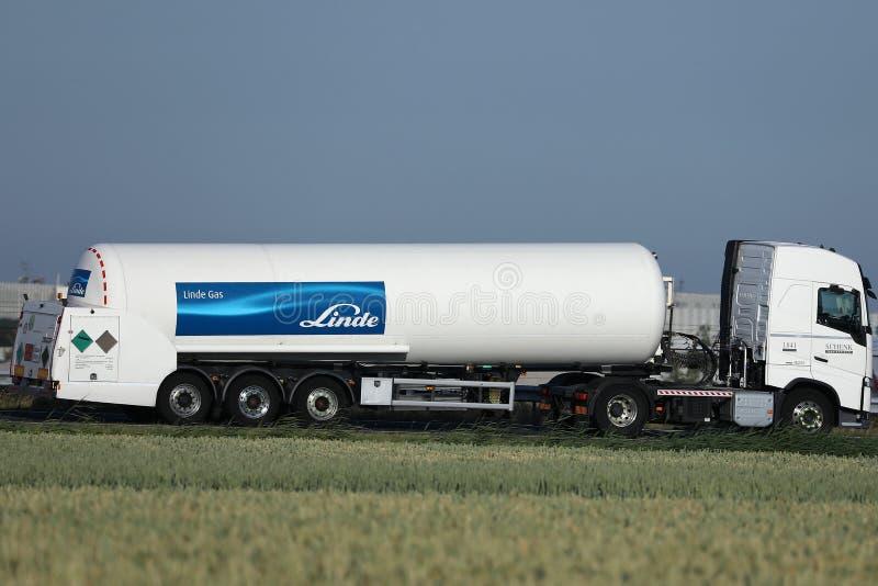 Linde Tank lastbil på den nederländska huvudvägen arkivbilder