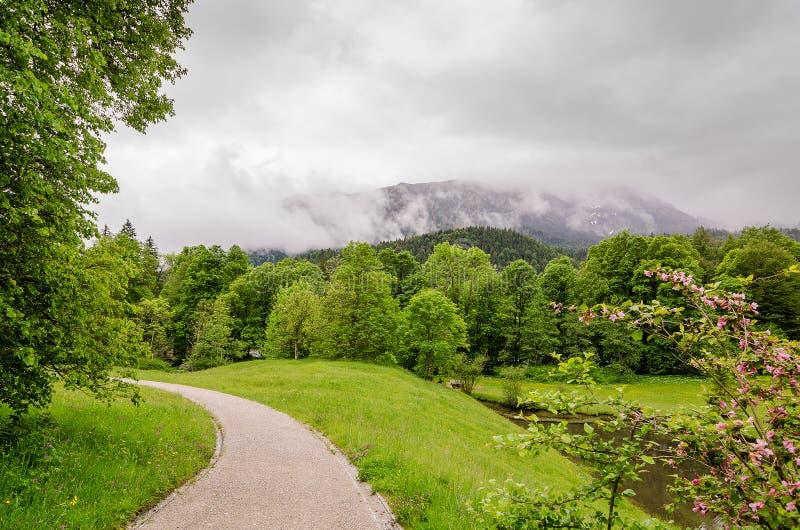 Linderhof城堡宫殿庭院在背景阿尔卑斯的在巴伐利亚,德国 免版税库存图片