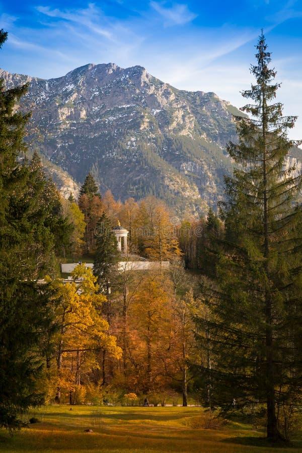 Linderhof宫殿内在庭院在秋天 免版税库存图片