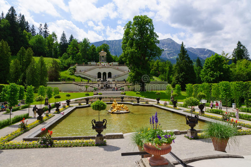 Linderhof宫殿的庭院在德国 免版税库存图片