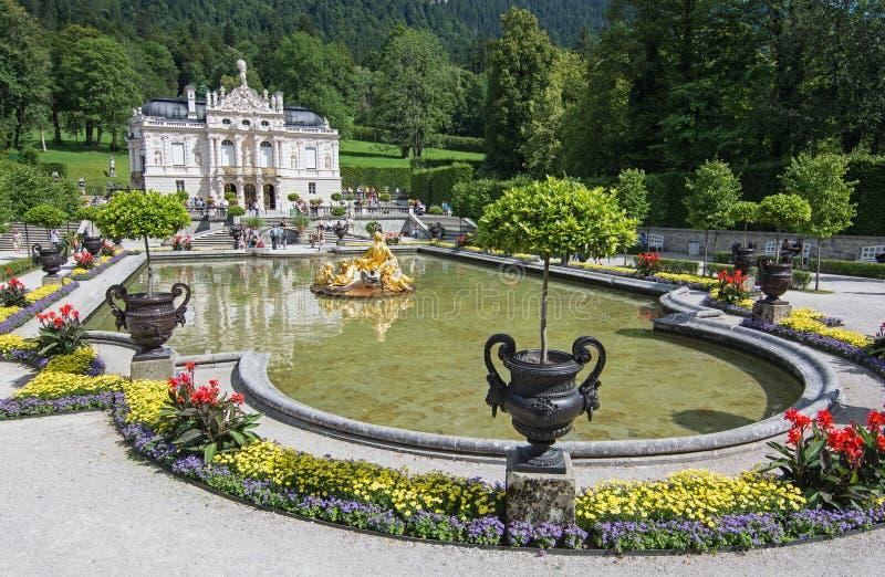 Linderhof Kasztel Z Jeziorem, Bavaria, Niemcy. Turyści Od Diff Zdjęcie Stock Editorial