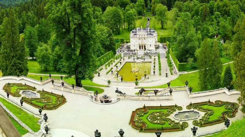 Linderhof Palast mit Garten. lizenzfreie stockfotos