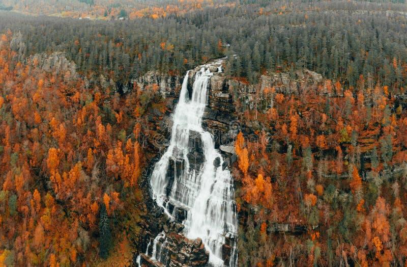 Lindfossen - norsk stor vattenfall på hösten fotografering för bildbyråer