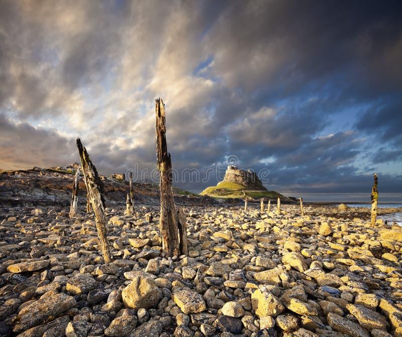 Lindisfarne城堡,诺森伯兰角,日落的英国 免版税库存图片