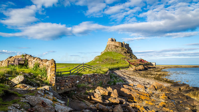 Lindisfarne slott på den Northumberland kusten royaltyfri bild
