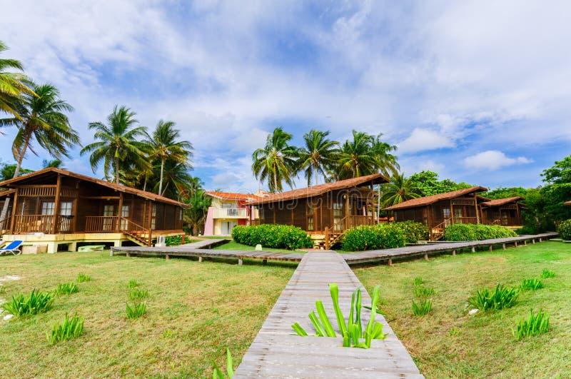 Lindo, ideia de terras com o bungalow acolhedor, casas confortáveis do hotel que estão perto da área da praia no jardim tropical foto de stock royalty free