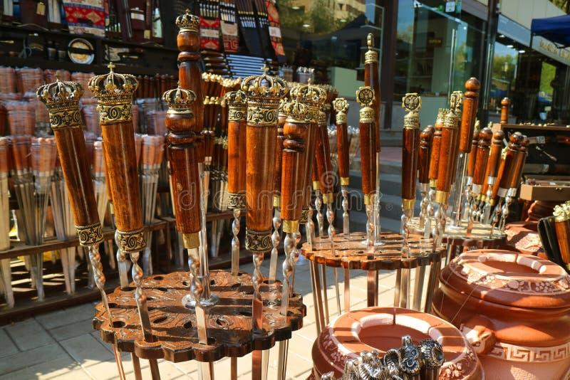 Lindo Manípulo Decorativo da Tradicional Armênia de Barbecue Skewers para Venda no Mercado imagens de stock royalty free