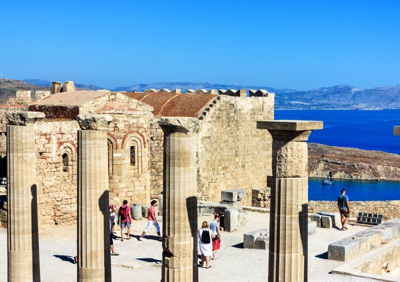 Lindos上城全景有在下蓝色海湾的,罗得岛海岛,希腊 库存照片