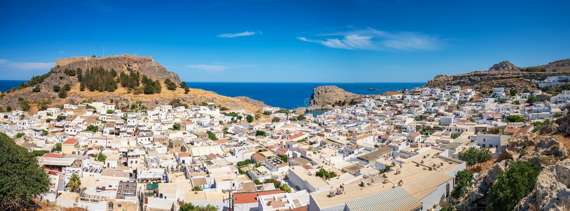 Lindos村庄全景有上城和Mediterranea的 库存图片