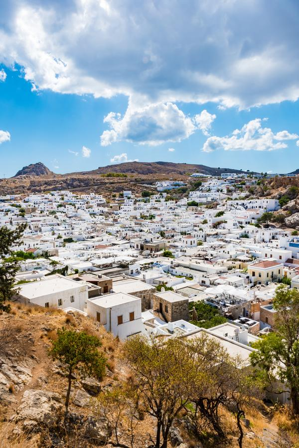 Lindos村庄和它的传统白色archit五颜六色的看法  免版税库存照片