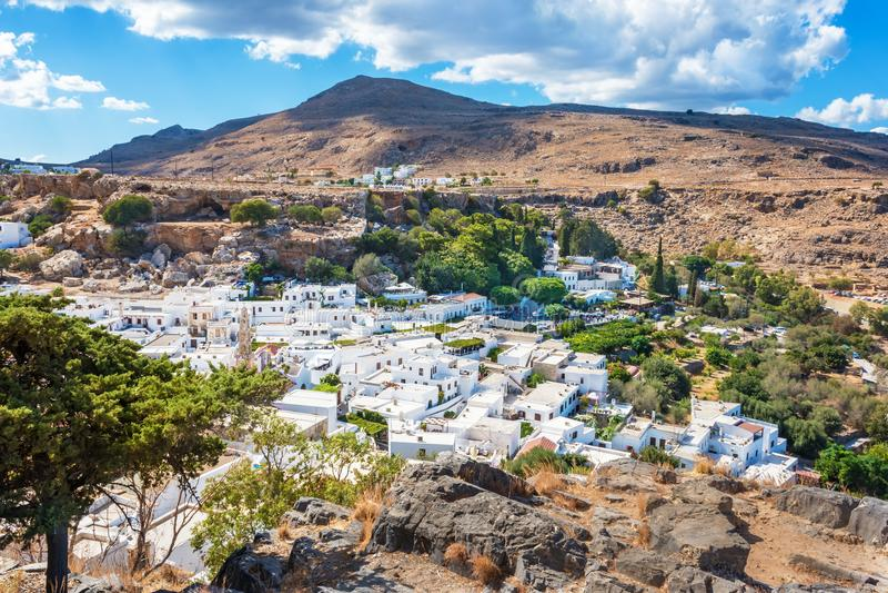 Lindos村庄和它的传统白色archit五颜六色的看法  免版税库存图片