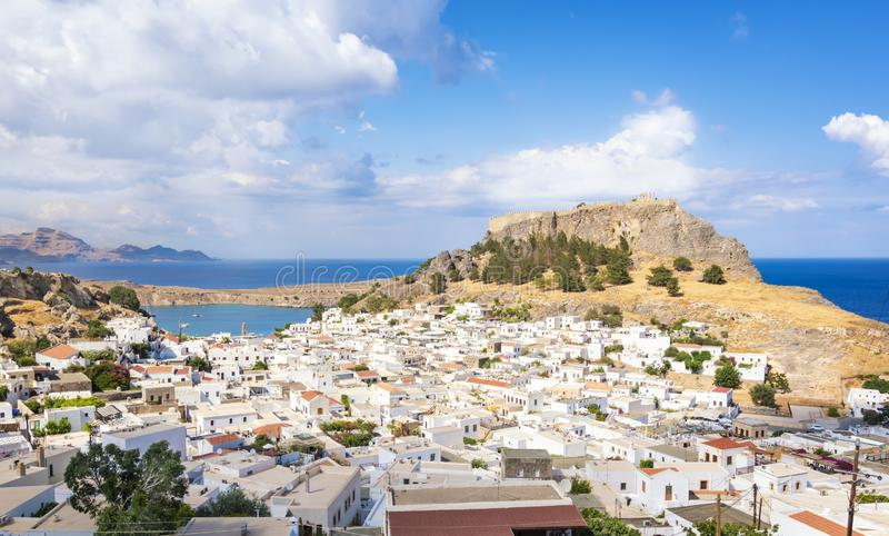 Lindos村庄看法有上城的罗得岛,希腊 免版税图库摄影