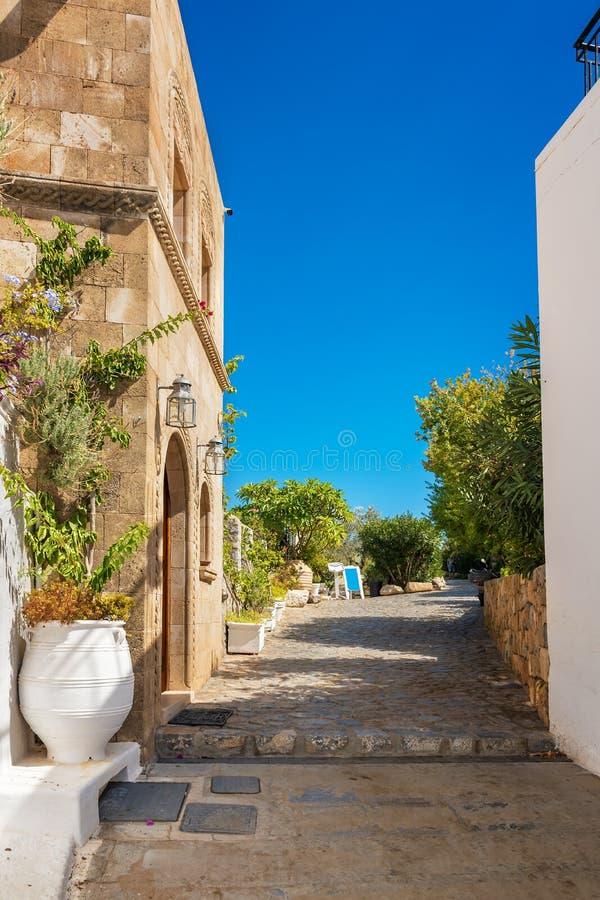 Lindos村庄街道有传统房子和别墅Rh的 库存图片