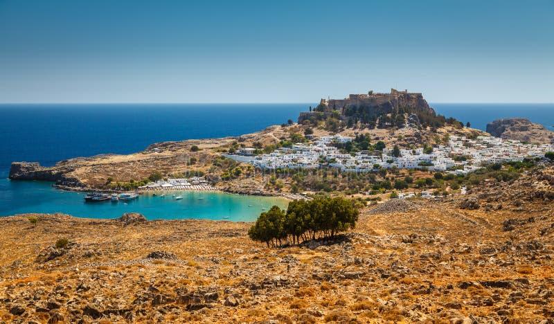 Lindos海湾、村庄和古老上城鸟瞰图  图库摄影