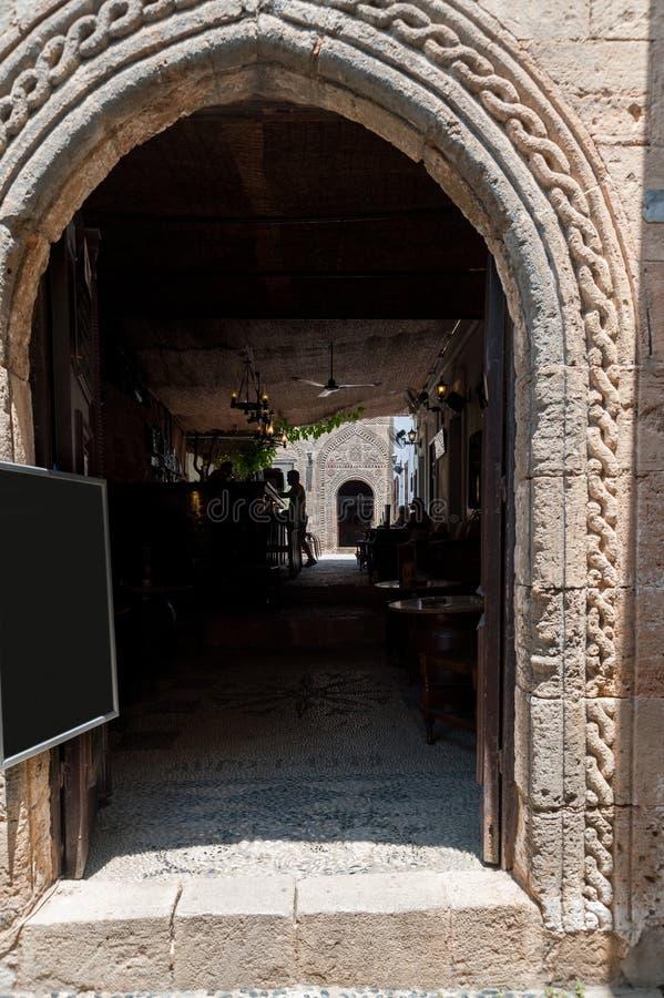 Lindos Греция 05/28/2018 Традиционные ресторан и бар в городке Lindos Средневековая установка Греческий остров Родоса европа стоковое фото rf