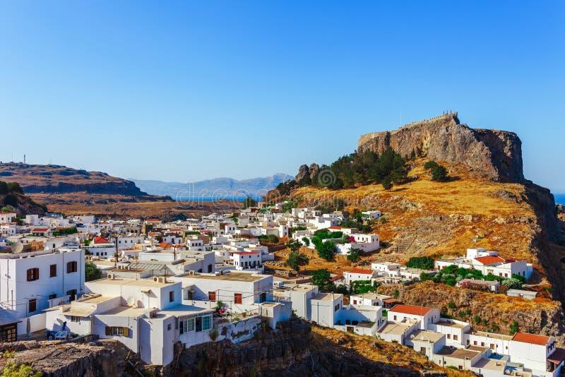 Lindos för Skyview landskapfoto stad och forntida slott på den Rhodes ön, Dodecanese, Grekland Panorama med berg och havet arkivbilder