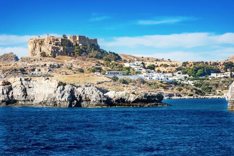 Lindos Lindos,从海罗得岛的看法上城和村庄  库存图片