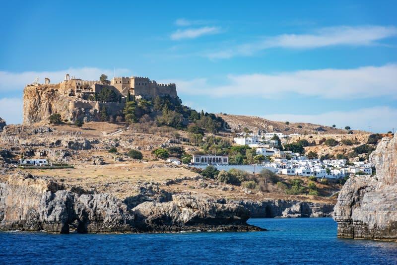 Lindos Lindos,从海罗得岛的看法上城和村庄  免版税库存图片