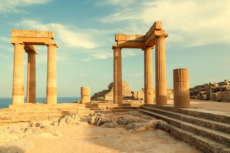 Lindos Medivial slott med några forntida delar inklusive templet av Lindia Athena, i ön av Rhodes på Dodecanese, royaltyfria foton