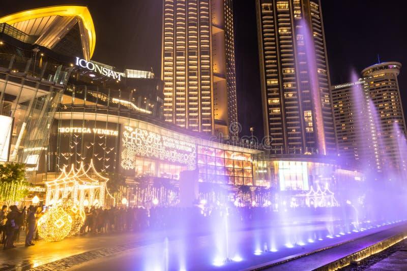Lindos recursos hídricos multimídia ICONIC do shopping Iconsiam, é o mais longo show de luz e água do sudeste asiático imagem de stock