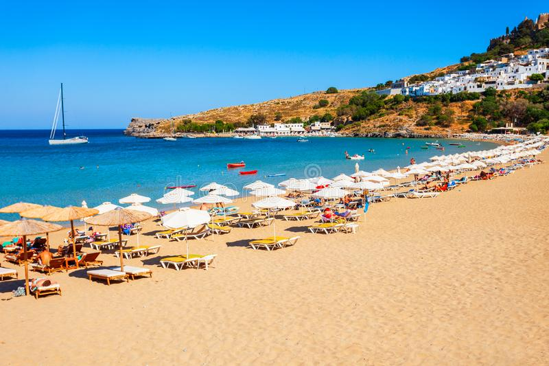 Lindos strand i den Rhodes ?n royaltyfri bild