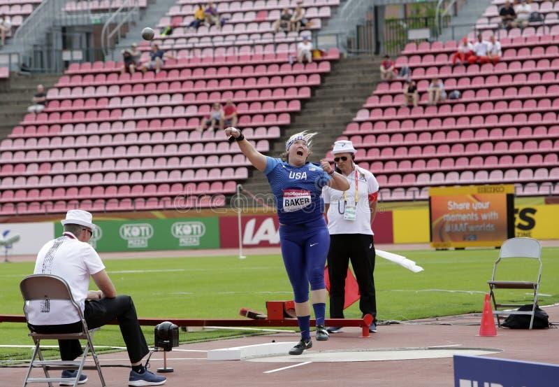 LINDSAY-BÄCKER von USA im Kugelstoßenschluß an den Meisterschaften IAAF-Weltu20 in Tampere, Finnland an stockbild