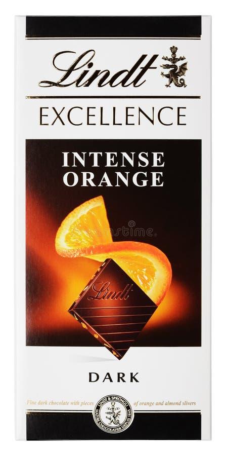 Lindt优秀强烈的橙色瑞士黑暗的巧克力块顶视图在白色隔绝的 免版税库存照片