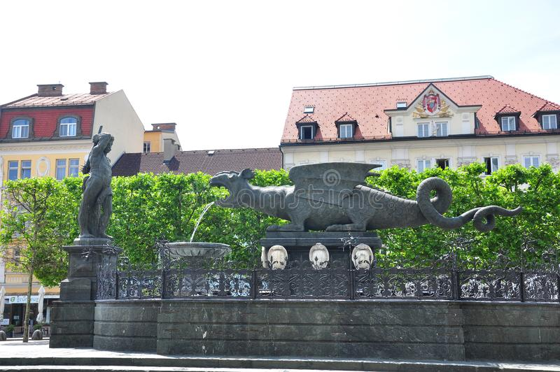 Lindwurmbrunnen (Lindworm springbrunn) i Klagenfurt, Österrike fotografering för bildbyråer