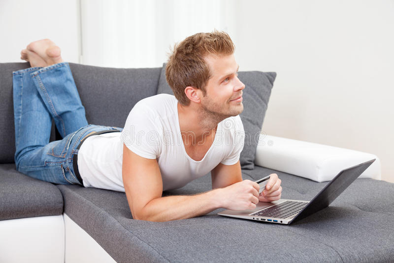 On-line ψωνίζοντας από την άνεση του σπιτιού σας στοκ φωτογραφία με δικαίωμα ελεύθερης χρήσης