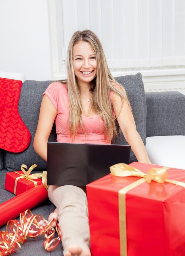 On-line ψωνίζοντας για το τέλειο δώρο στοκ φωτογραφία με δικαίωμα ελεύθερης χρήσης